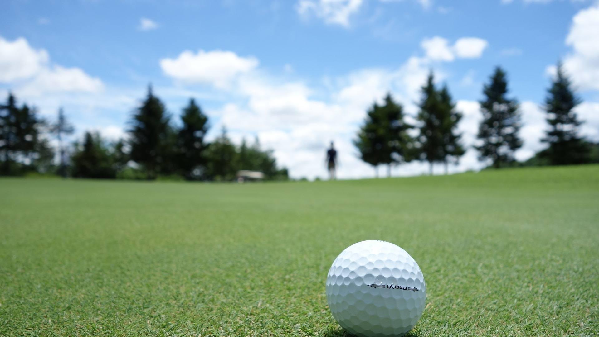 Golf bold på green